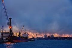 港停泊处的夜照片 驾驶装货的船和起重机 库存照片