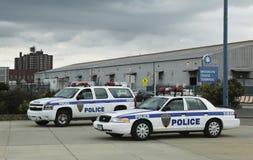 港务局警察提供安全的纽约-新泽西为鲜绿色公主游轮在布鲁克林巡航终端靠了码头 库存照片