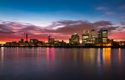 港区日落伦敦泰晤士河伦敦英国 免版税库存照片