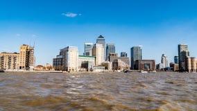 港区的财政区在从泰晤士河的伦敦 库存照片