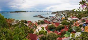 港口和江边视图从上面 五颜六色 免版税库存照片