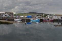 港口和近海捕渔舰队在柯克沃尔,大陆海岛,奥克尼苏格兰 免版税图库摄影