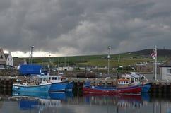 港口和近海捕渔舰队在柯克沃尔,大陆海岛,奥克尼苏格兰 免版税库存图片
