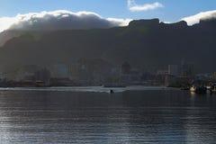 港口城市的早晨山脚的 路易斯・毛里求斯端口 免版税库存照片