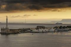 港口墨西拿西西里岛在黎明 库存图片