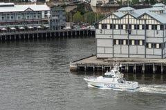 港口巡逻水警艇巡逻达令港,悉尼Austra 免版税库存照片