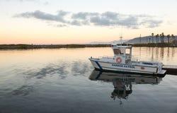港口巡逻艇靠码头的维特纳港口黎明 免版税图库摄影