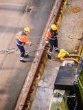 港口工作者在赫尔辛基港的停泊船  免版税库存照片