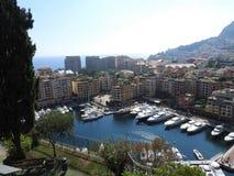 港口摩纳哥在晴朗的夏日,法国海滨,摩纳哥的全景有小船的和地平线 库存图片