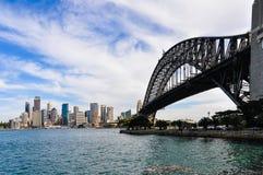 港口桥梁、歌剧和CBD从Kirribilli在悉尼,南方 免版税库存图片