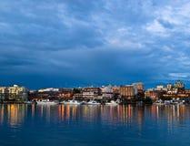 港口点燃晚上维多利亚 图库摄影