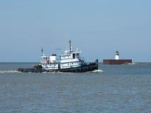 港口猛拉小船 库存图片