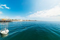 港口由圣塔蒙尼卡码头的巡逻艇 免版税图库摄影