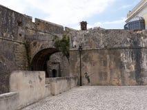 港口的堡垒在卡斯卡伊斯在里斯本葡萄牙附近的爱都酒店 免版税图库摄影