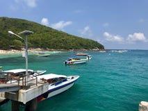 港口的明亮的天空在海岛上的有一条靠码头的小船的 免版税库存图片