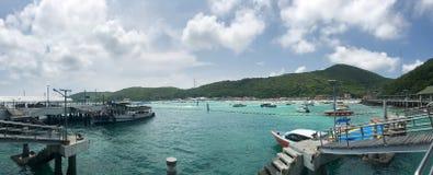 港口的明亮的天空的全景在海岛上的有一条靠码头的小船的 免版税图库摄影