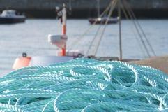 港口盘绕的蓝色绳索 库存图片