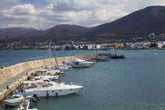 港口码头在Hersonissos,克利特 小船捕鱼港口 免版税库存照片