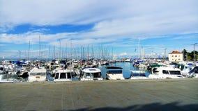 港口被停泊的游艇 晴朗的日 免版税库存照片