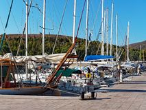 港口被停泊的游艇 免版税库存照片