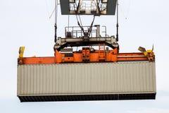港口起重机举的海容器 免版税库存照片