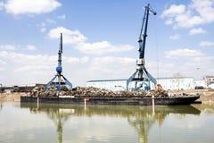 港口起重机和废金属 免版税库存图片