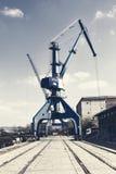 港口起重机和废金属 图库摄影