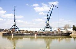 港口起重机和废金属 免版税图库摄影
