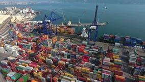 港口运输 被装载的货船在蓝色海 海工业区鸟瞰图  股票视频