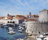 港口,杜布罗夫尼克 克罗地亚和城市墙壁 库存照片