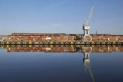 港口Luebeck,起重机和它` s reflextion在水中 库存图片