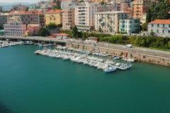 港水区域,停放为游艇和城市 意大利savona 库存照片