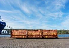 港装载的设备对象  r 垃圾的容器 免版税库存图片