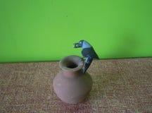 渴乌鸦黏土模型  图库摄影