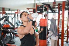 渴健康亚裔肌肉人 免版税库存图片