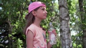 渴女孩饮用水在公园 影视素材