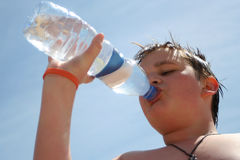 渴的男孩 免版税库存图片
