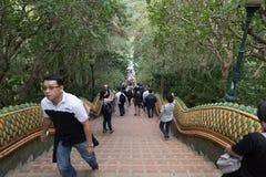 游人、外国人旅客和泰国人走台阶 免版税图库摄影