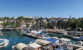 游人、帆船、Fisher小船和城市墙壁的港口在Antalyas Oldtown Kaleici,土耳其 库存图片