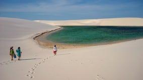 游人、盐水湖和沙丘在Lencois Maranhenses国家公园, Maranhao,巴西 库存照片
