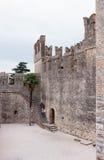 游人上升到Castello Scaligero墙壁在西尔苗内 免版税库存照片