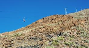 游人上升和下降的缆车火山的 免版税库存图片