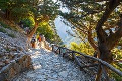 游人下降在峡谷Samaria下在中央克利特,希腊 免版税库存图片
