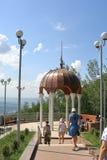 游人临近与白色专栏和一个铜圆顶的眺望台 免版税库存图片