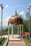 游人临近与白色专栏和一个铜圆顶的眺望台 图库摄影