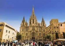游人临近圣洁十字架和圣徒尤拉莉亚的大教堂 巴塞罗那,卡塔龙尼亚, 库存图片