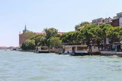 游人临近在亚得里亚海,威尼斯,意大利的码头 免版税库存照片