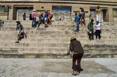 游人为在主要金字塔前面的照片摆在t 免版税图库摄影