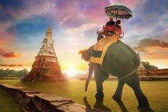 游人乘坐大象在Wat Chaiwatthanaram寺庙在Ayuthaya,泰国 图库摄影