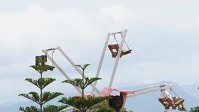 游人乘坐木弗累斯大转轮和明亮的天空蔚蓝在Windtime Khao kho,碧差汶府在泰国 2019年7月14日 股票视频